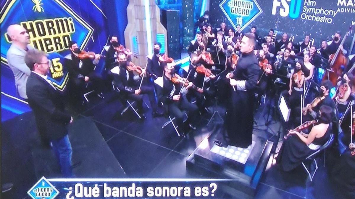 Imagen de la orquesta con Pablo Motos en 'El Hormiguero'.