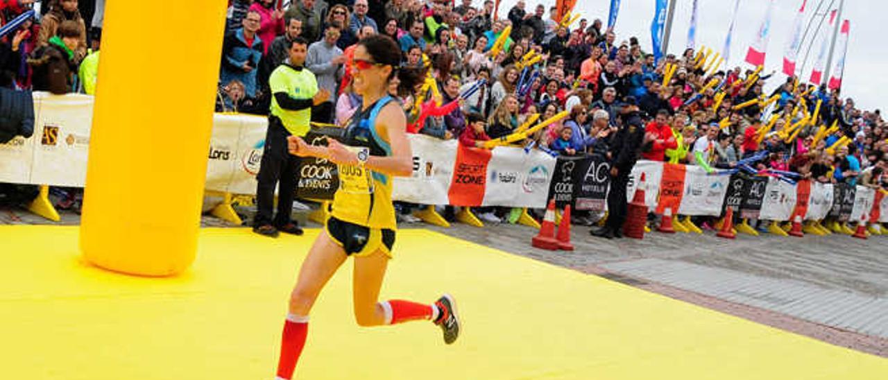 Patricia Díaz, al cruzar la meta del DISA Gran Canaria Maratón.