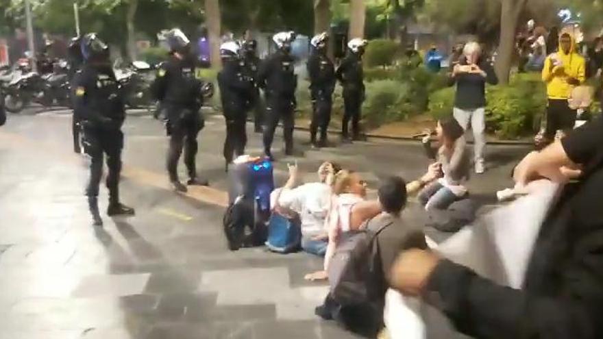 16 detenidos y 4 policías heridos en la protesta nocturna contra el toque de queda y las restricciones en Palma