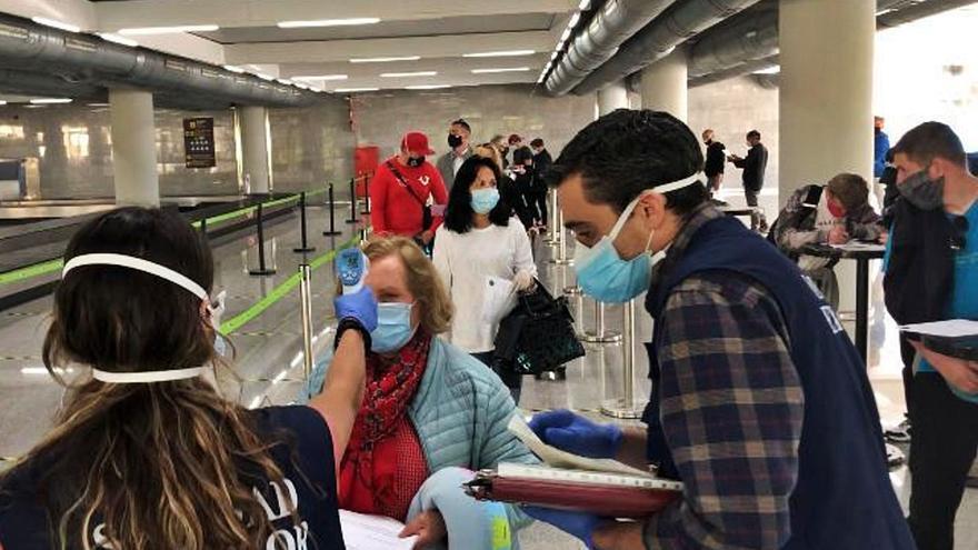 La PCR forzosa a turistas británicos y alemanes torpedea la temporada de Baleares