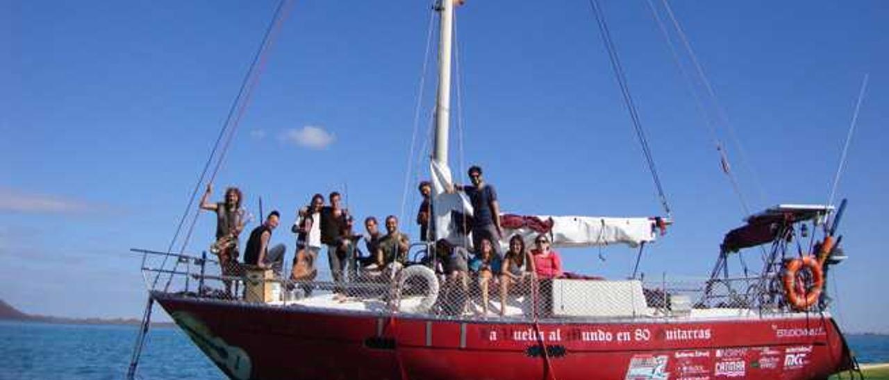 Algunos de los miembros de la agrupación musical a bordo del 'OM', con el que recorrerán las Islas en su gira.