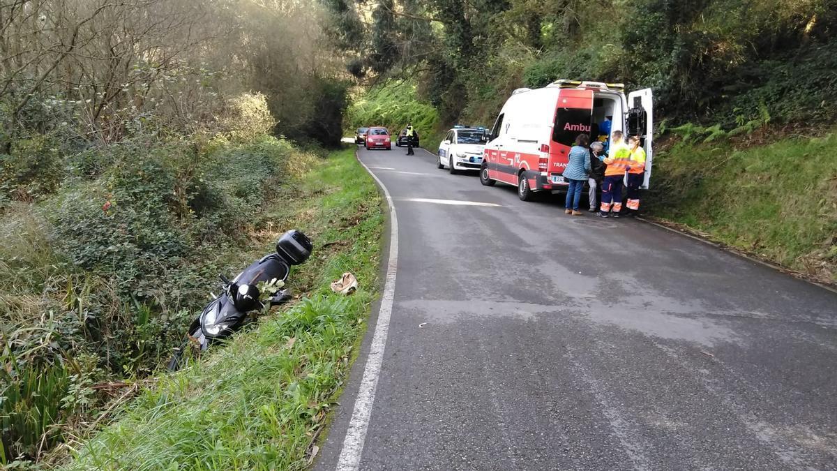 Los sanitarios atendiendo al conductor herido en La Folleca