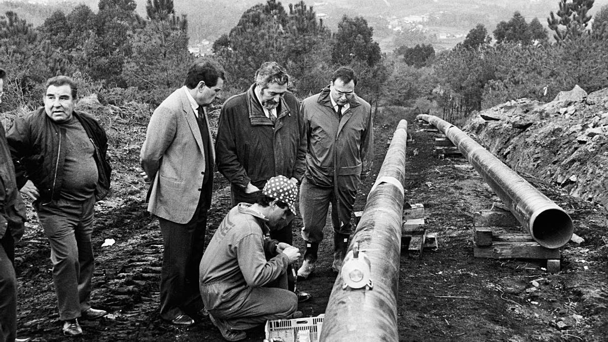 El entonces conselleiro de Industria, Juan Fernández, en el centro de la imagen, visita las obras del oleoducto A Coruña-Vigo en 1993.     // CAMESELLE