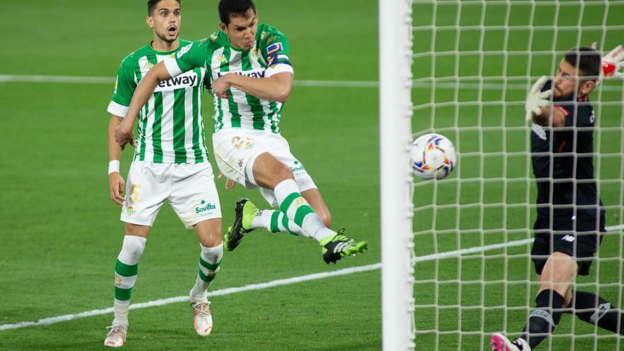 El Villarreal se suma a la puja por el central del Betis Aïssa Mandi