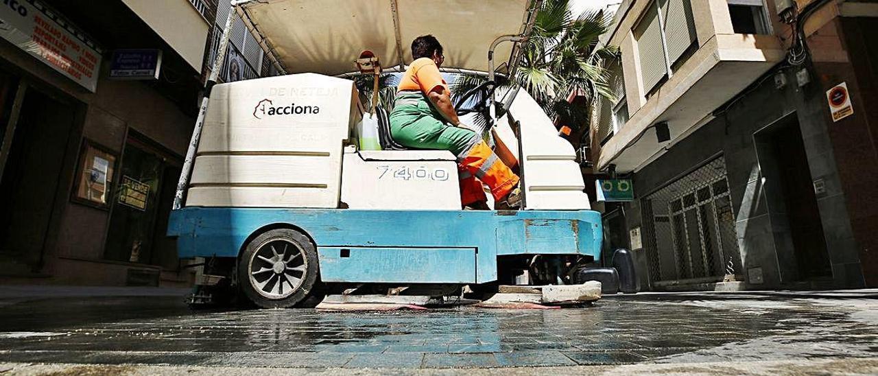 Imagen de la limpieza viaria en el centro de Torrevieja.
