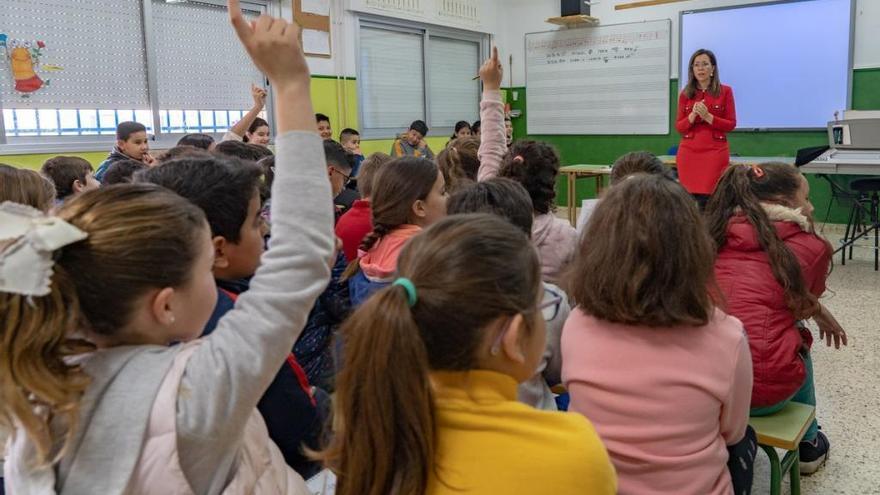 La alcaldesa explica en el colegio de Pozo Estrecho cómo funciona el Consistorio