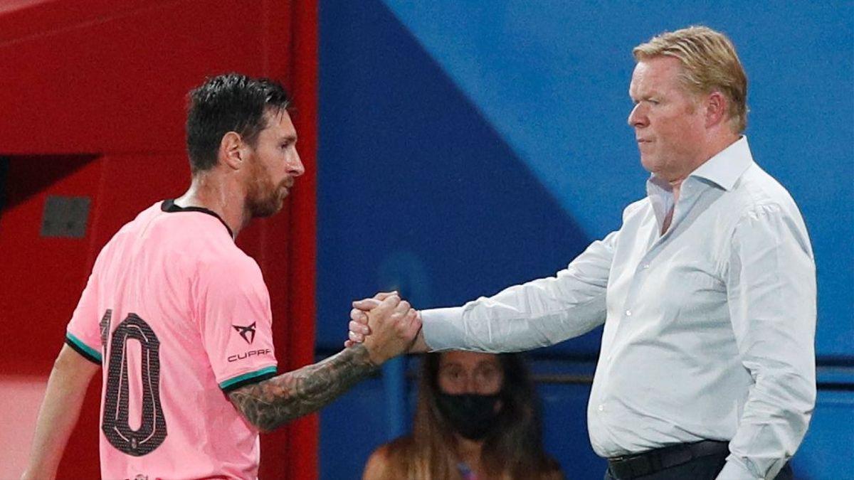 Lionel Messi estrecha la mano con Ronal Koeman.