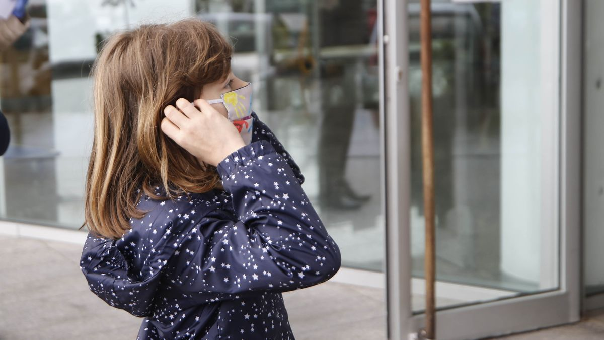 Una niña se recoloca la mascarilla en la entrada a un colegio gallego. / Alba Villar