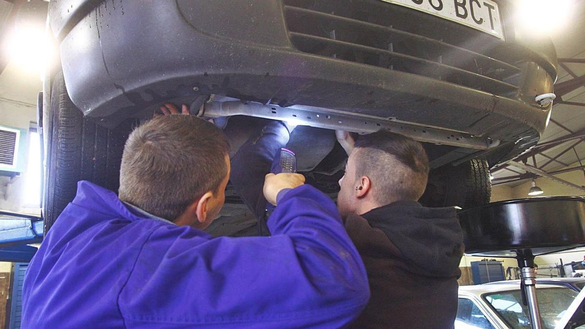 Dos alumnos del Curso de Mantenimiento de vehículos del Centro Integrado de FP.