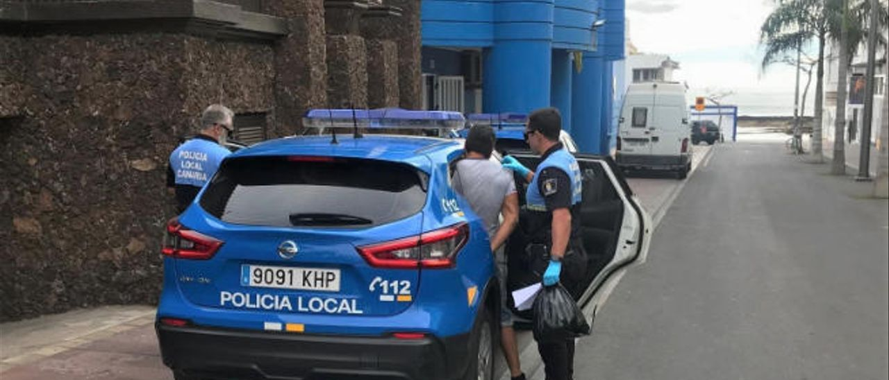 Imagen del ciudadano detenido en Corralejo por incumplir las normas de cuarentena accediendo al coche policial.