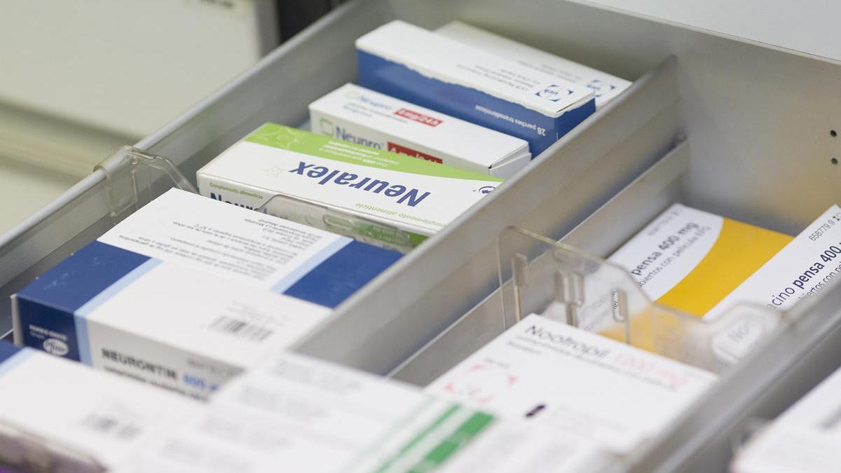 Varios medicamentos en un cajón en una farmacia.