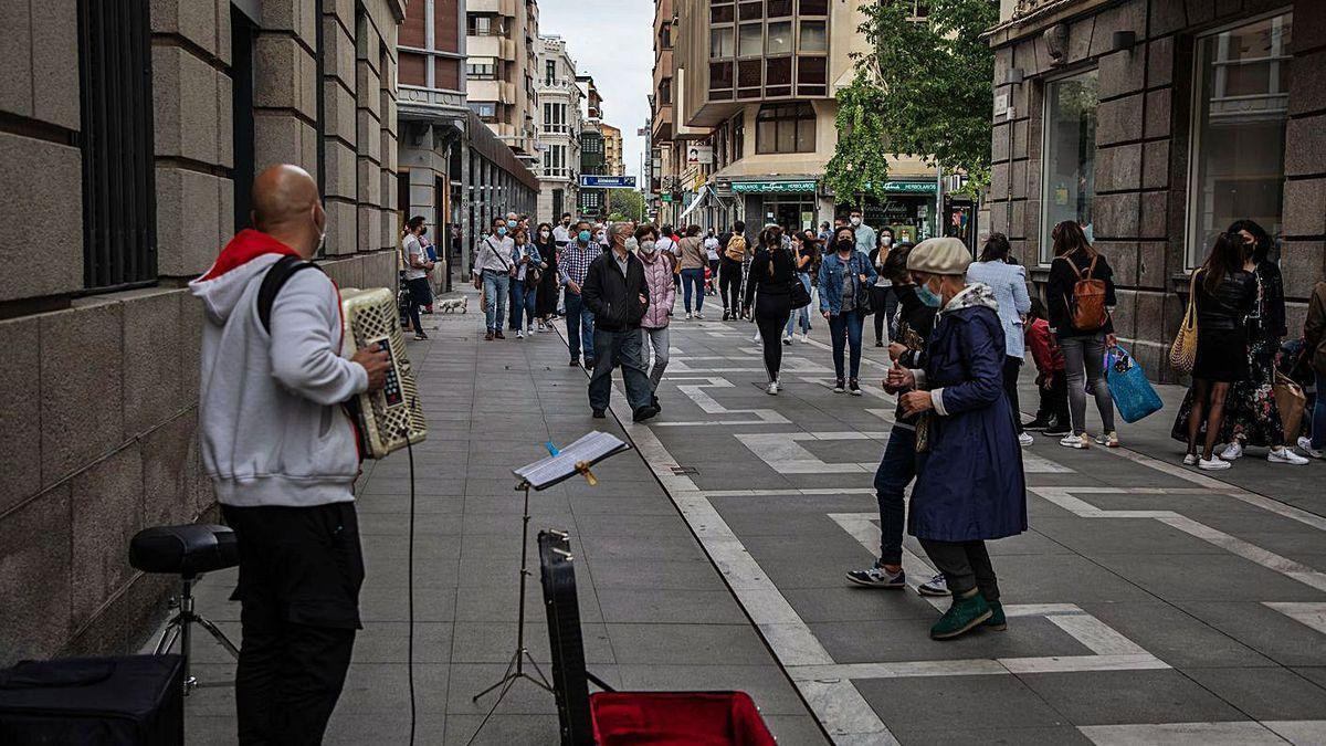 Gente pasea por Zamora.