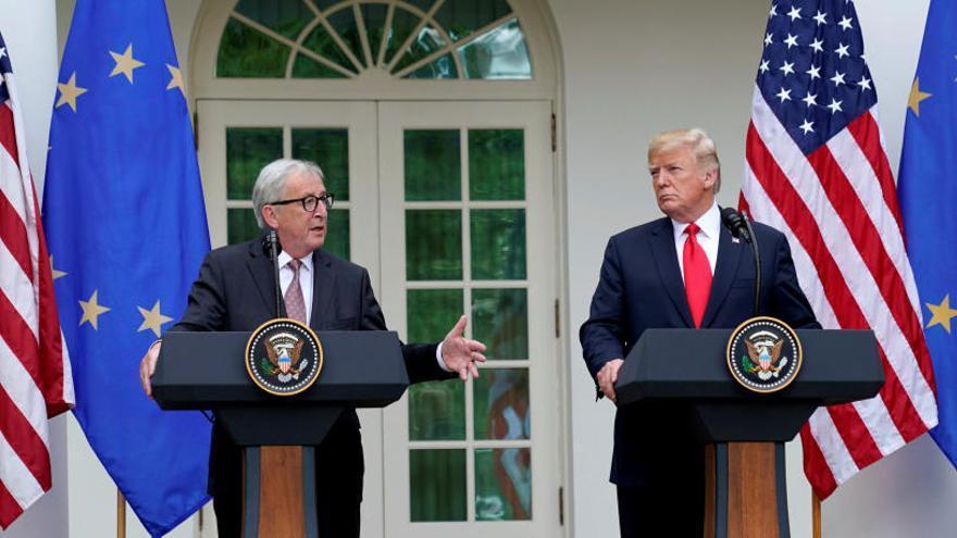 Juncker i Trump donen treva a la guerra comercial i acorden «frenar» nous aranzels als cotxes europeus
