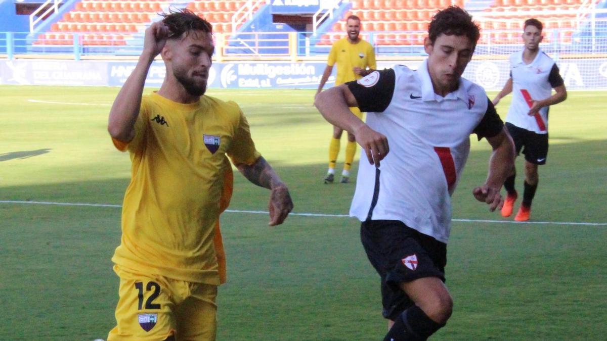 Dani Sánchez, izquierda, autor del gol del Extremadura.