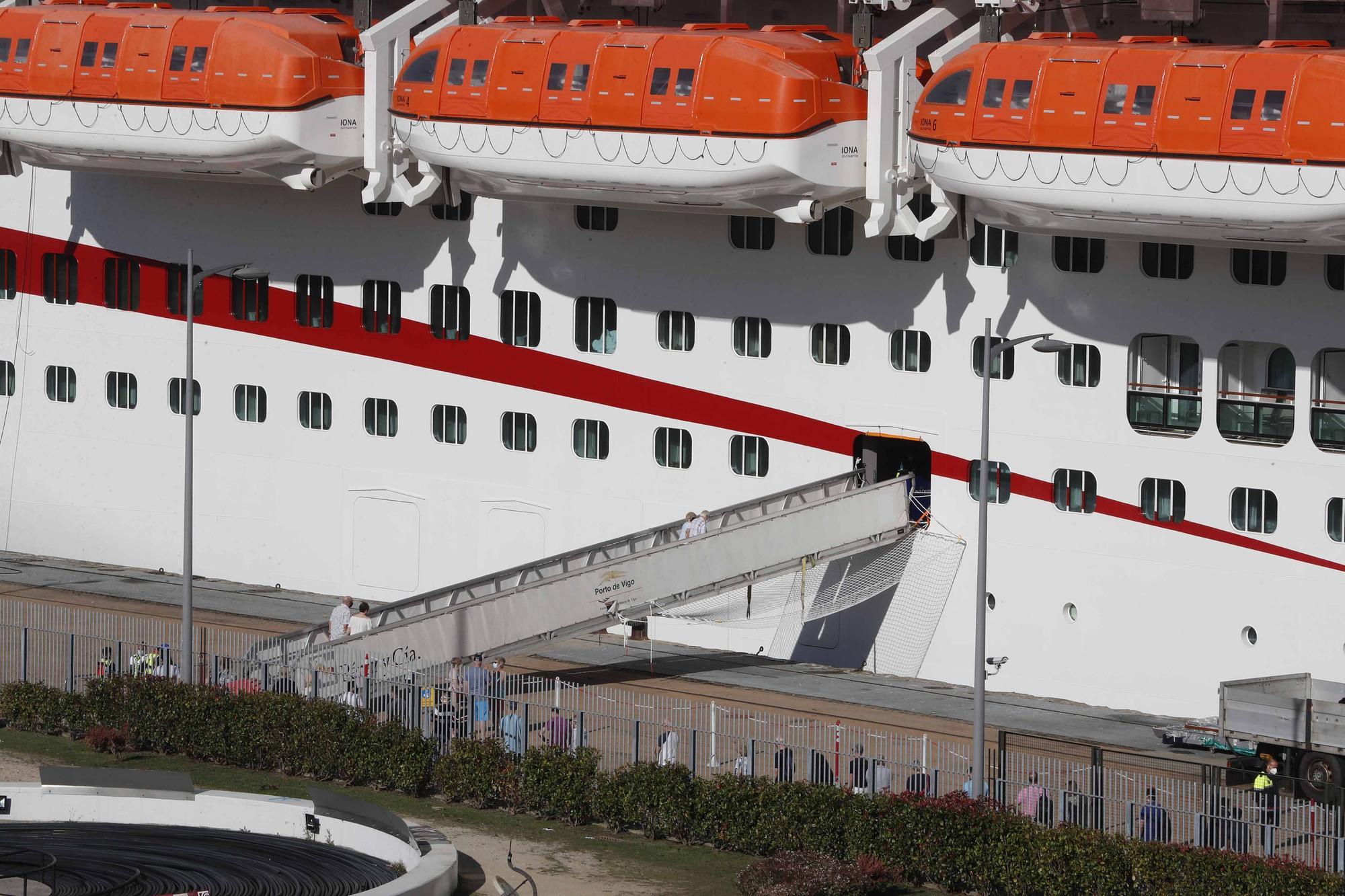 Miles de cruceristas desembarcan en Vigo
