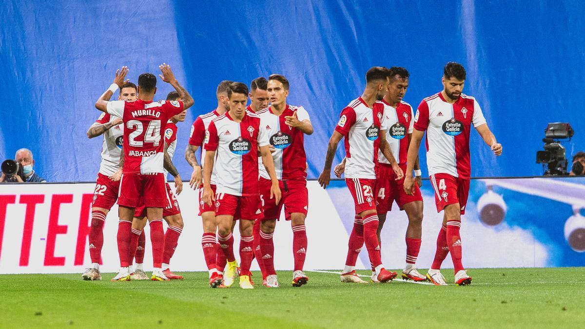Los jugadores del Celta celebran uno de los goles en el Bernabéu.