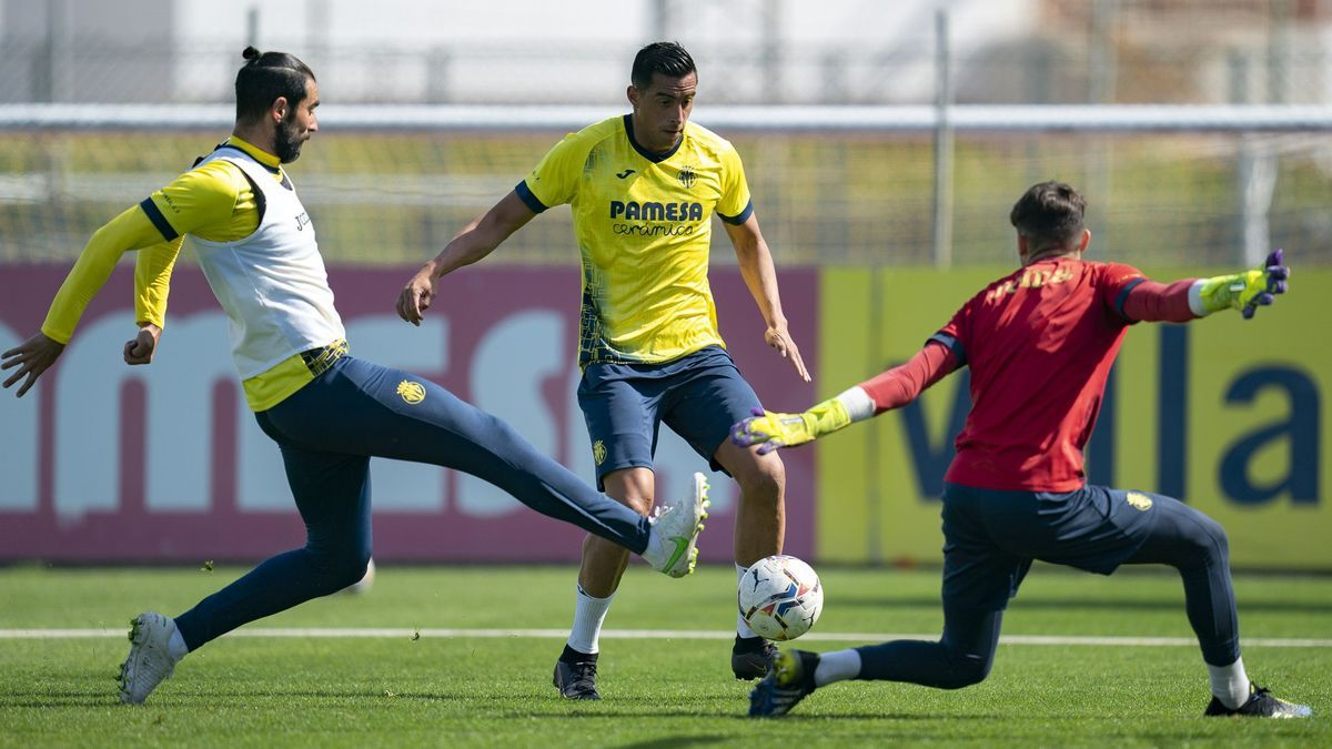 Raúl Albiol (i) puede regresar al once titular del Villarreal en detrimento de Funes Mori (c) en el duelo de esta noche ante el Alavés en Mendizorroza.