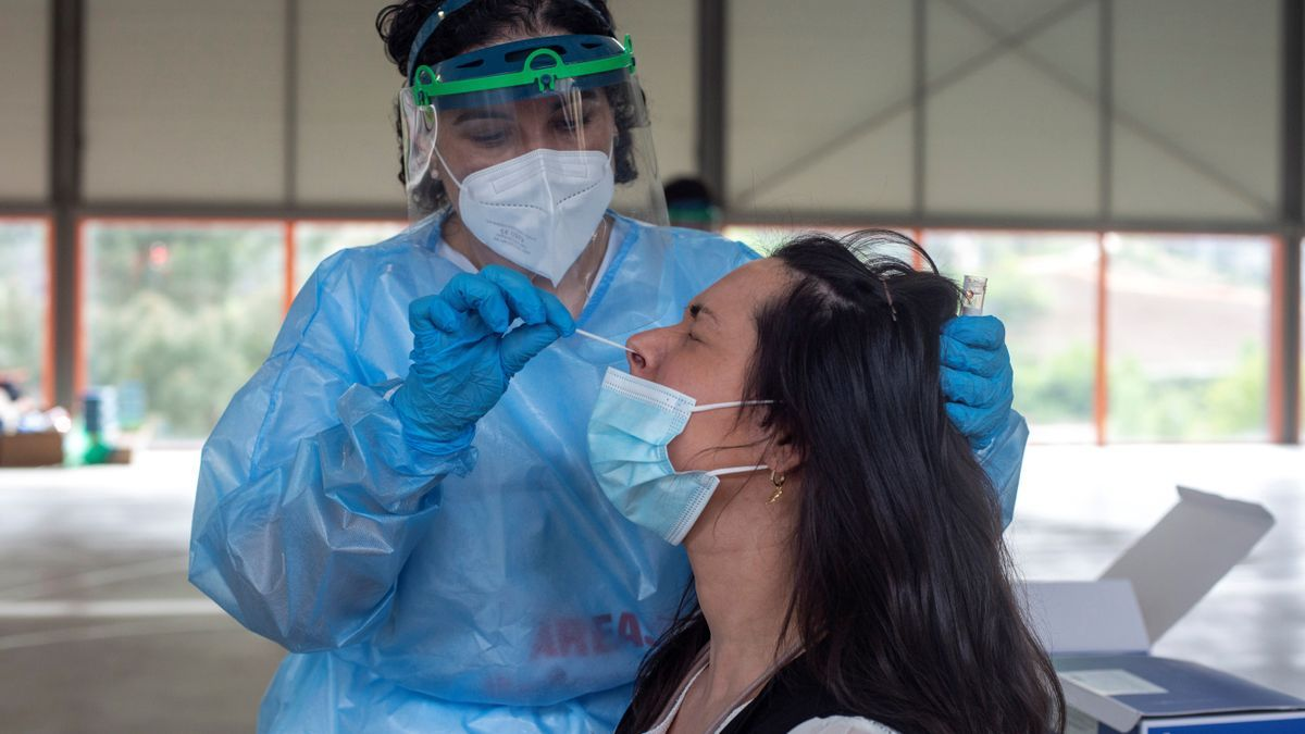 Una mujer se somete a una prueba PCR.