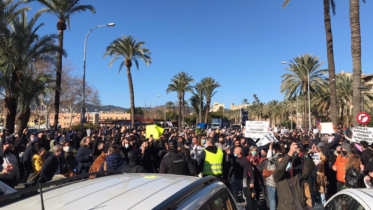 Más de 500 restauradores desafían la prohibición y protestan ante el Consolat contra el cierre