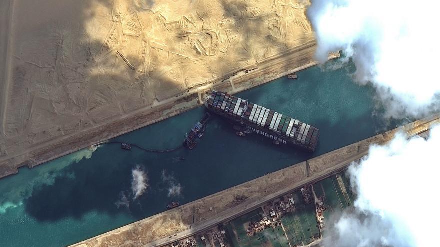El bloqueo en Suez paraliza  exportaciones valencianas del sector azulejero y alimentarias