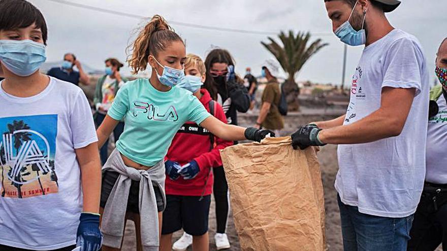 Setenta alumnos de Primaria ayudan a limpiar el litoral  de Las Galletas