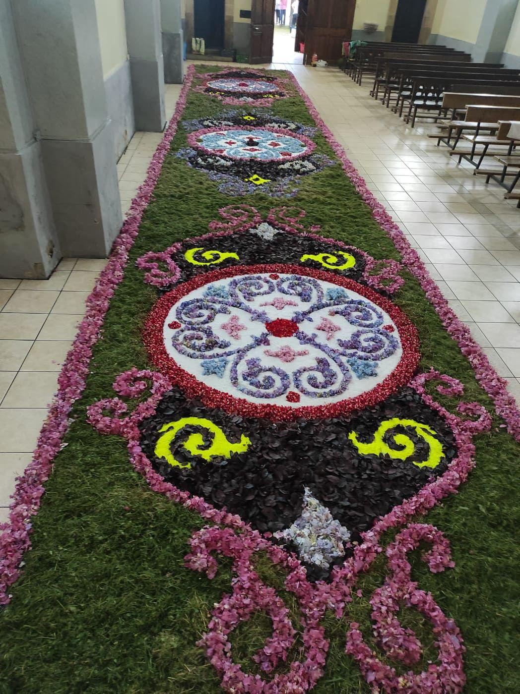 La belleza de las alfombras florales, esta vez en Corao