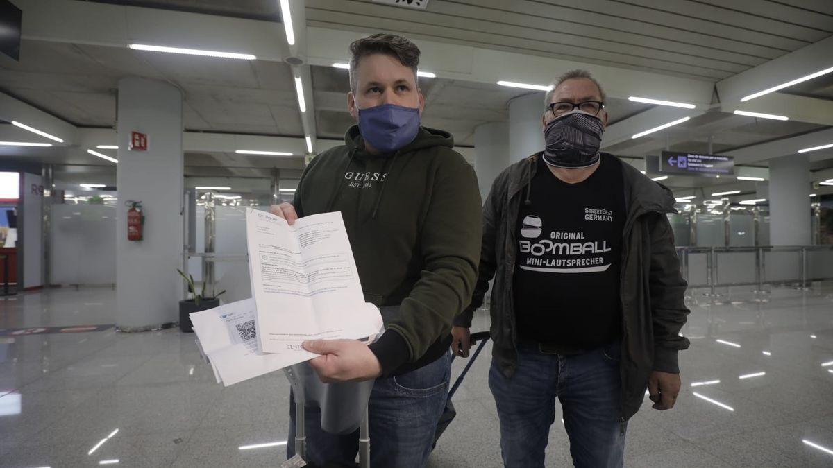 Pasajeros muestran los resultados de la prueba PCR a su llegada a Palma