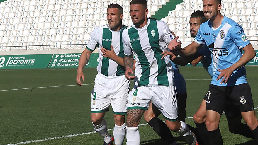 Xavi Molina y Piovaccari se desmarcan de un contrario.jpeg
