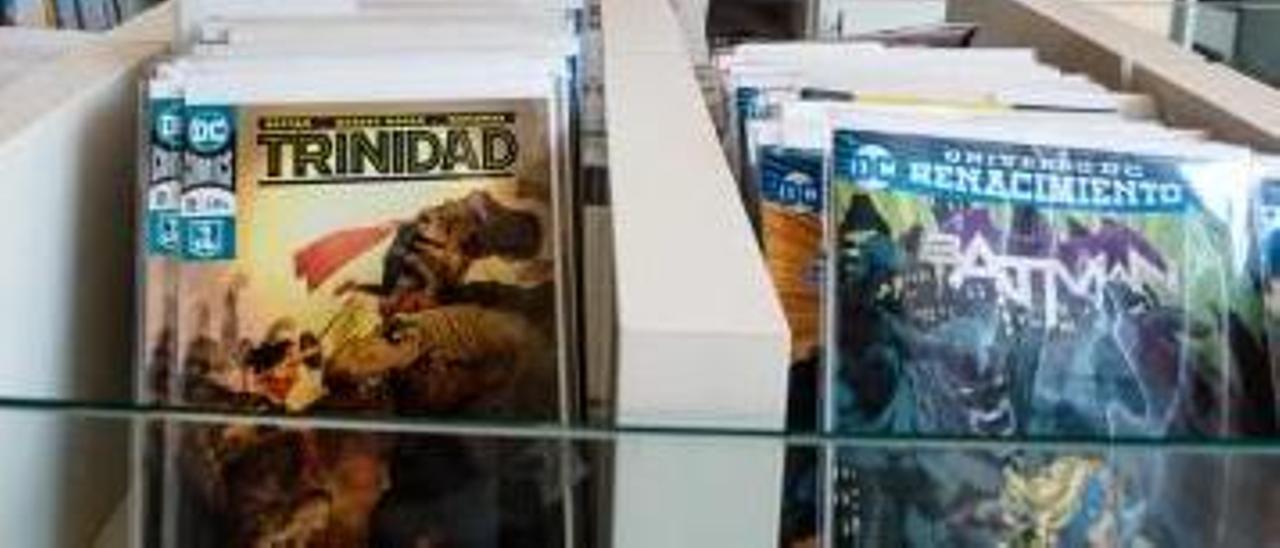 Una tienda de cómics y un taxi, dos de los servicios que se pueden pagar en Benidorm usando moneda virtual.