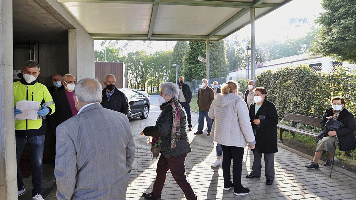 Mayores, ayer, aguardan para ser vacunados en el centro de salud de Silleda.  | // BERNABÉ/JAVIER LALÍN