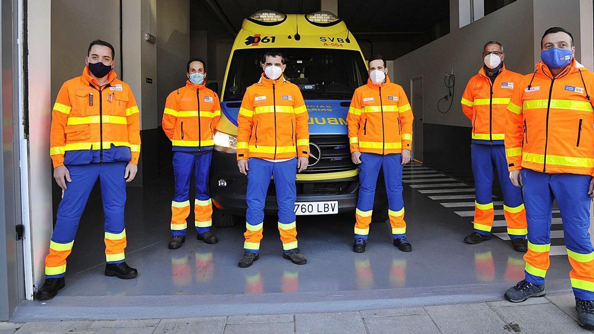 Seis de los nueve técnicos en Emergencias que prestan servicio en la ambulancia del 061 de A Estrada durante todo el año. |  // BERNABÉ / J. LALÍN