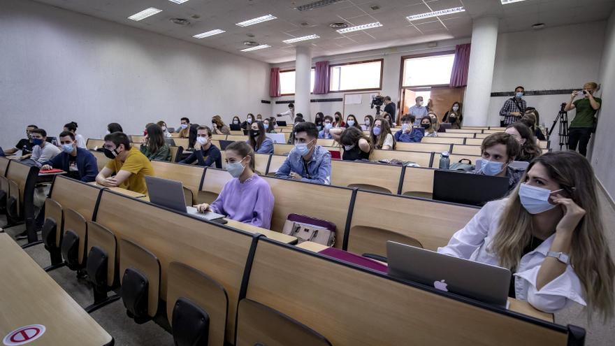 Alumnos de la UIB protestan por los exámenes presenciales en el día del regreso a las aulas