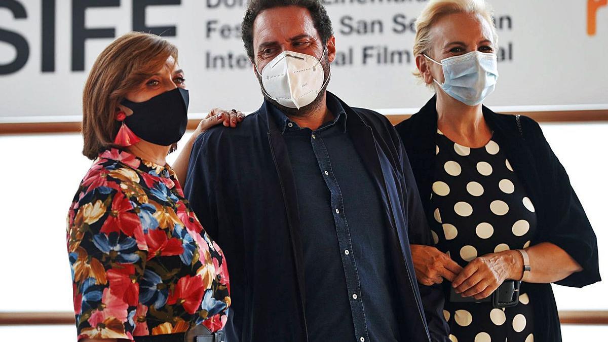 Aitor Gabilondo y las actrices Ane Gabarain (i) y Elena Irureta, durante la presentación de la serie 'Patria', en San Sebastián.