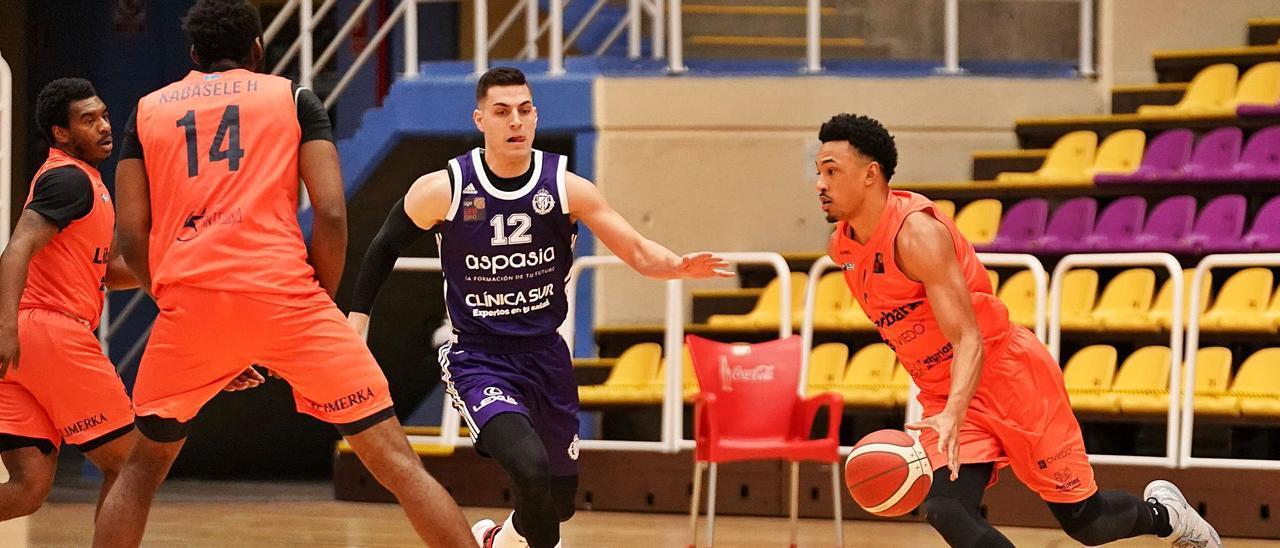 Elijah Brown, con el  balón, ante Timmer, con Kabasele, de espaldas, y Speight a la izquierda. Ana Puente / Real Valladolid Baloncesto