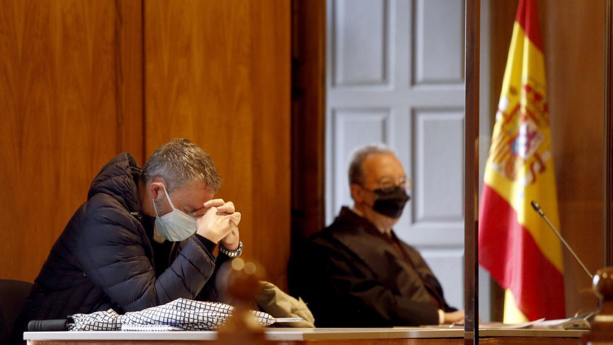 El  médico condenado por cobrar por certificados de defunción se lleva las manos a la cabeza durante el juicio celebrado en la Audiencia de Pontevedra