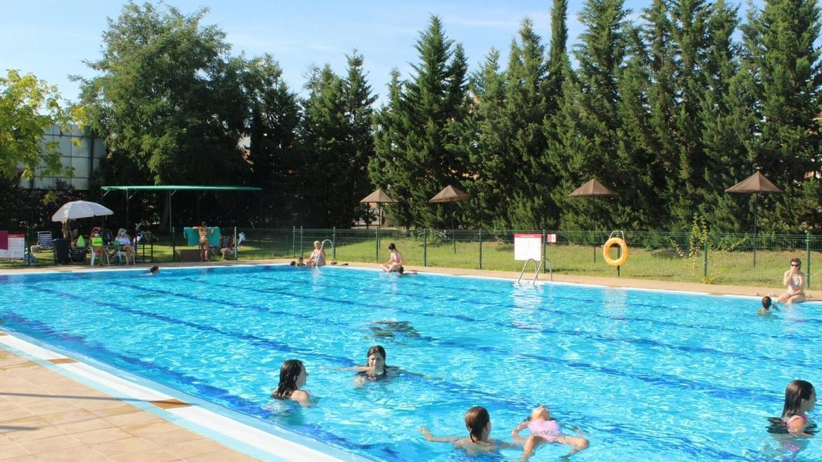Los bañistas disfrutan de una agradable tarde de verano en la piscina del Diocles.