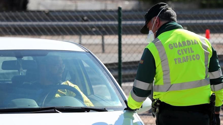 Podemos aboga por usar las multas de tráfico para pagar el carné a jóvenes sin recursos