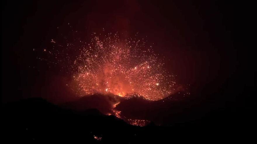 La quinta noche de erupción del volcán de La Palma aterra con sus explosiones