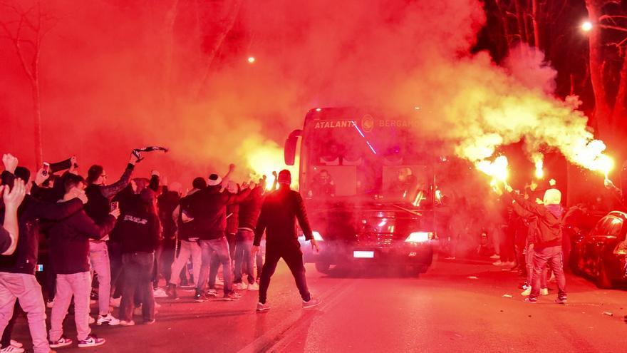 Los aficionados del Atalanta se saltan las normas anti-covid y cercan su estadio en el partido ante el Real Madrid