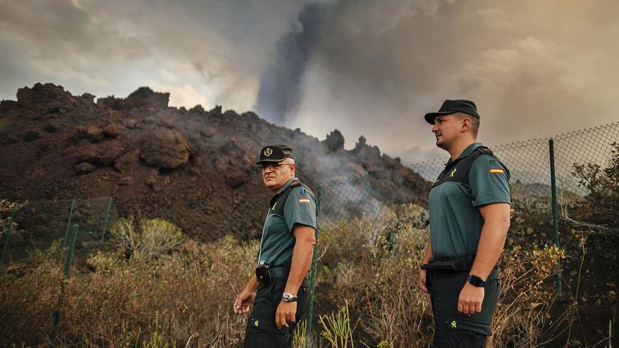 Algo más que dos guardias civiles ante el volcán de La Palma