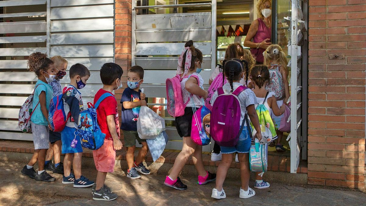 Un grup d'esoclars accedint  a l'escola Enric Fontcuberta.