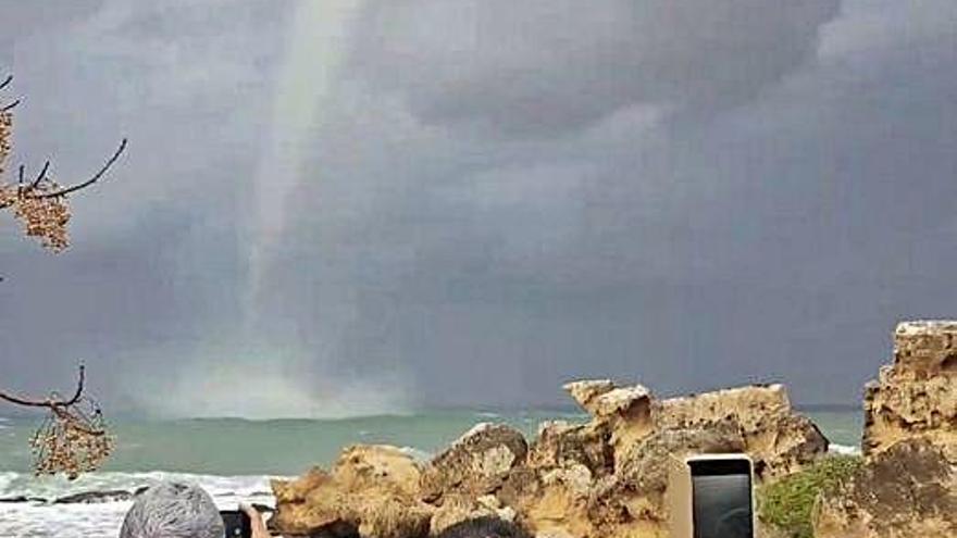 Una intensa tromba marina capta l'atenció a Xipre