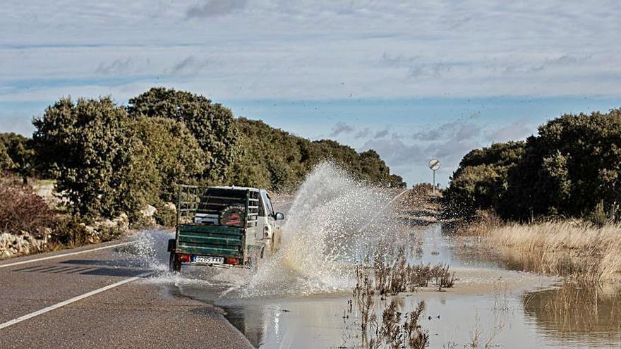 El agua provoca problemas en la vía de San Marcial a Peñausende