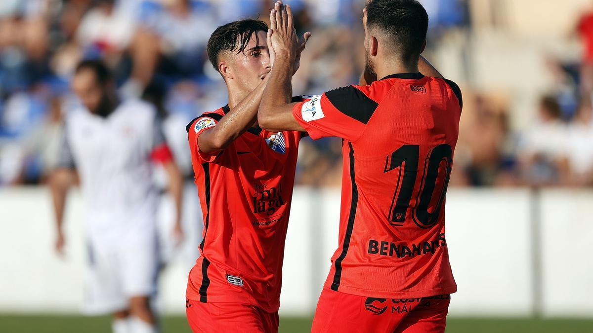 Larrubia y Jairo celebran el segundo gol del Málaga CF en el Vivar Téllez