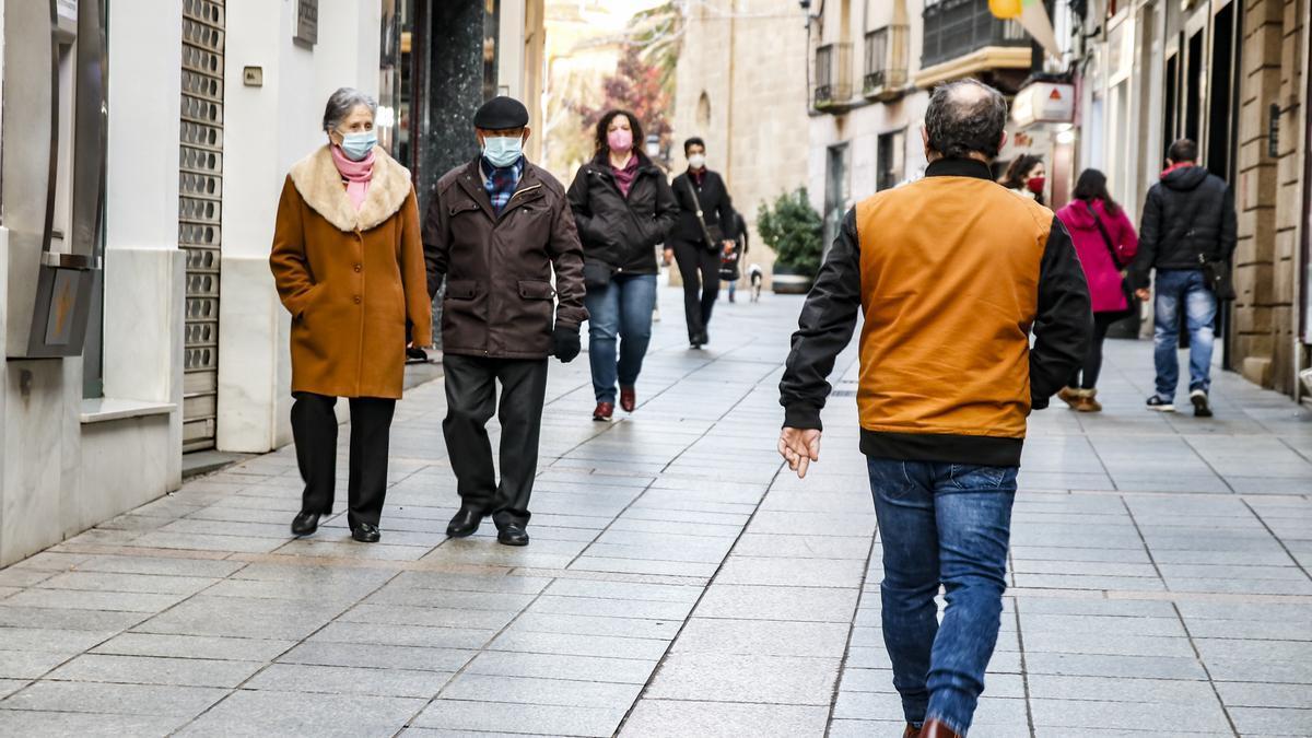 Gente paseando por Cáceres