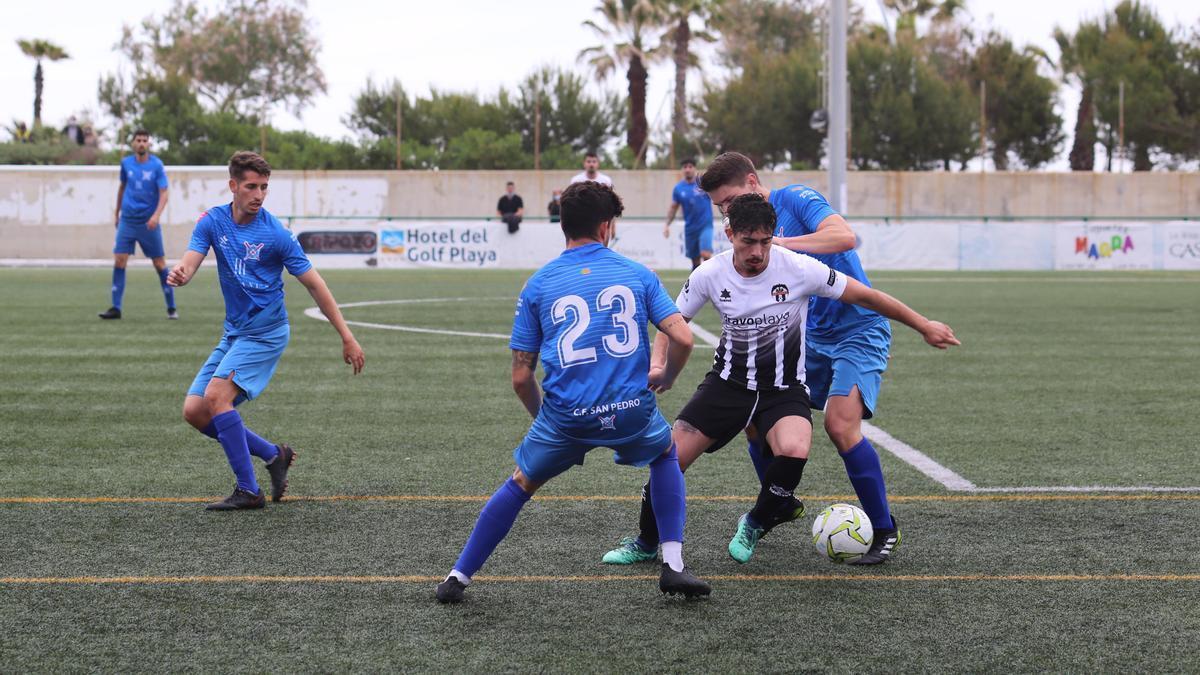 Lance del partido disputado en el Javier Marquina entre el San Pedro y el Cabanes.