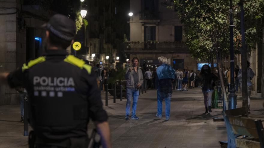 Casi 5.000 personas desalojadas en Barcelona por formar aglomeraciones nocturnas