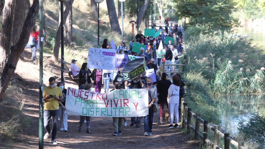 """Los vecinos de Torrero, Venecia y La Paz reclaman """"alejar"""" los coches del canal Imperial"""