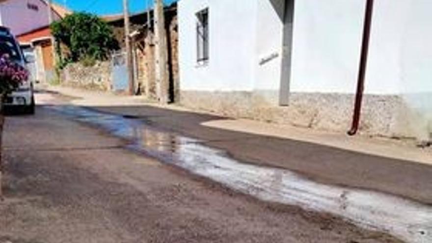 Quejas por el despilfarro de agua en una calle de Figueruela de Abajo