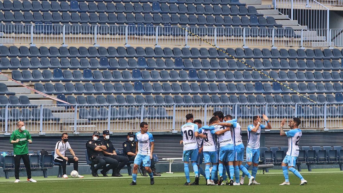 Los jugadores del Málagacelebran uno de los golesal Albacete